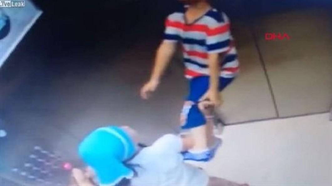 圖/翻攝YouTube 悚!男童搭電梯紅繩繞頸「上吊」 機警姊10秒搶命