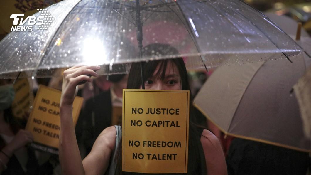 圖/達志影像美聯社 中環白領快閃抗爭 上千人冒雨喊「林鄭下台」
