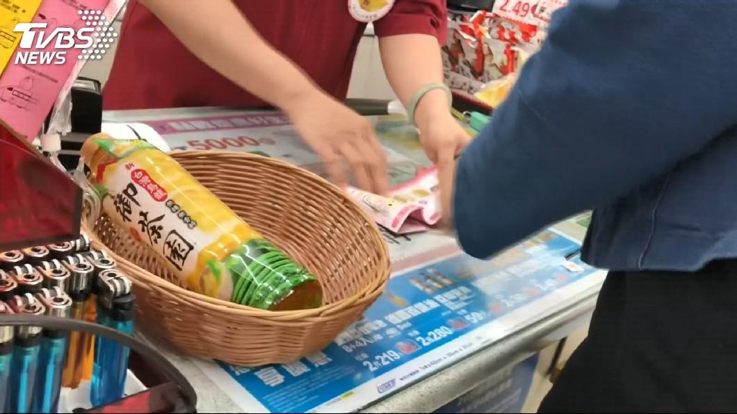 非當事人。示意圖/TVBS 兒打翻冰淇淋踩到湯匙 恐龍媽下秒塞回超商冰櫃