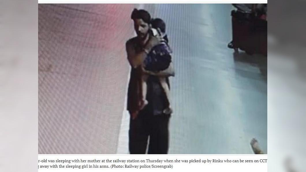 印度日前發生一起3歲女童半夜遭擄走,遭2男輪番性侵還勒斃斬首。(圖/翻攝自印度斯坦時報) 3歲女童和母睡車站…半夜遭偷抱輪番性侵 慘遭斬首棄屍