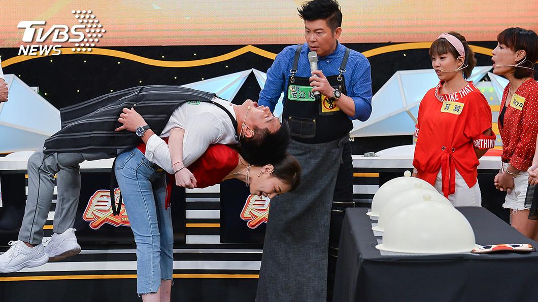 TVBS歡樂台《食尚玩家-歡樂有夠讚》明星夫妻沈世朋和李新現場示範遊戲動作。圖/TVBS