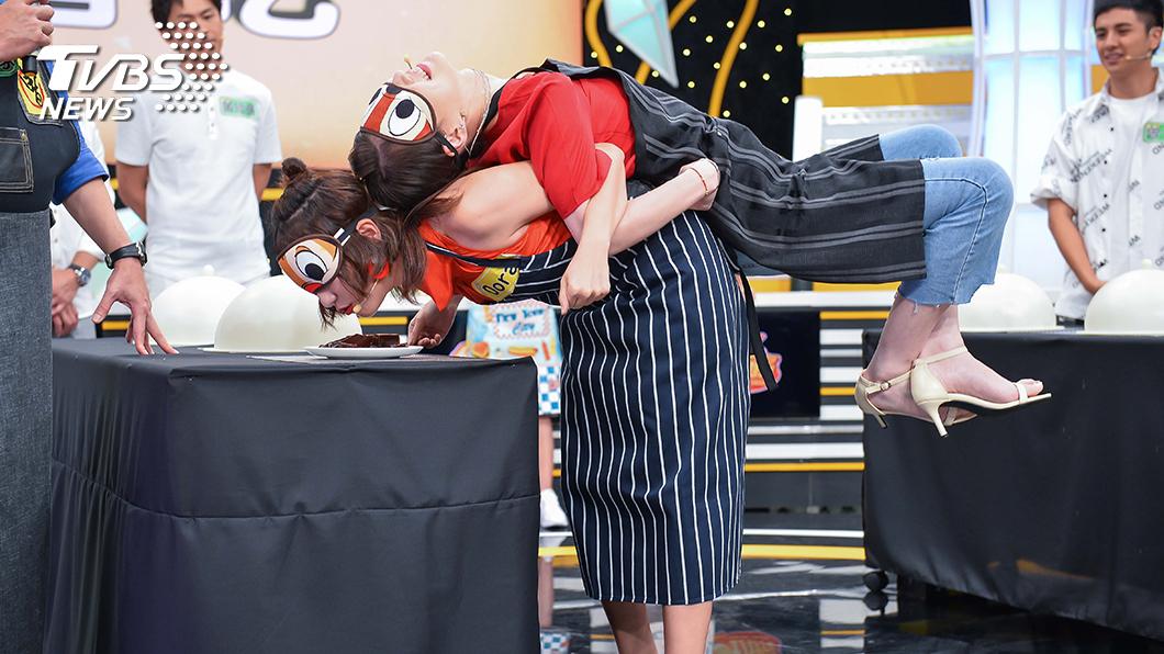 TVBS歡樂台《食尚玩家-歡樂有夠讚》 互揹盲吃猜食材,考驗女星體力和感官能力。左為Dora,右為李新。圖/TVBS