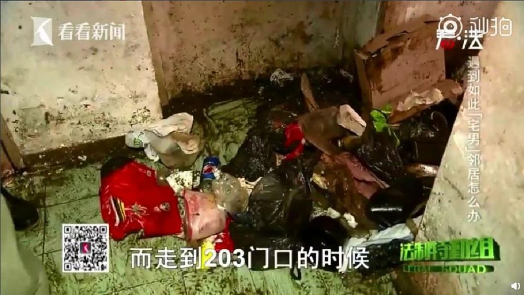 上海一名男子長年足不出戶,垃圾和排泄物堆積在家滿到腰部,散發出陣陣惡臭。(圖/翻攝自看看新聞) 臭死了!25歲宅男足不出戶 垃圾混摻排泄物滿到及腰