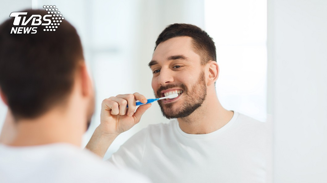 李男20年前因心情不好生吞牙刷。示意圖/TVBS 男子心情不好生吞牙刷 20年後取出竟成這樣…