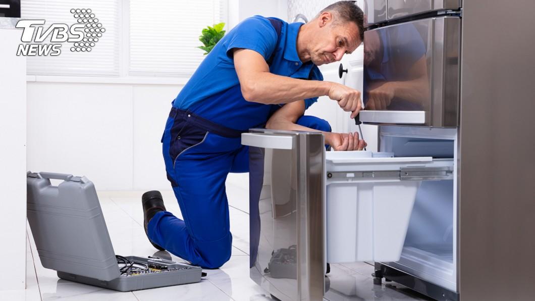 原PO請人來租屋處修冰箱。示意圖/TVBS 請人修冰箱「噴9500元」 她嘆:閒聊4小時也算錢
