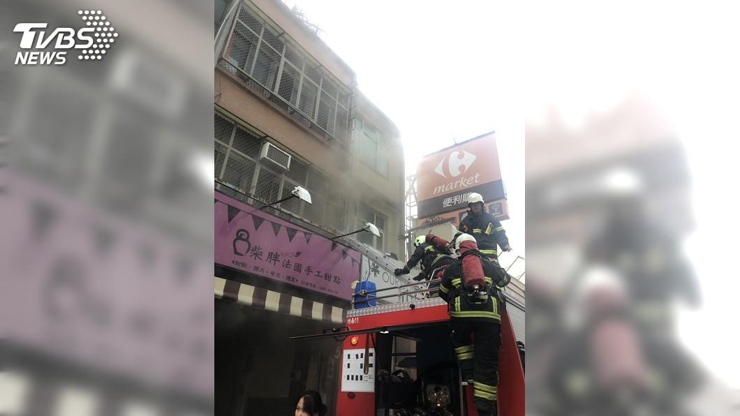圖/中央社 竹南糕點店火警 消防隊員架梯救出1人