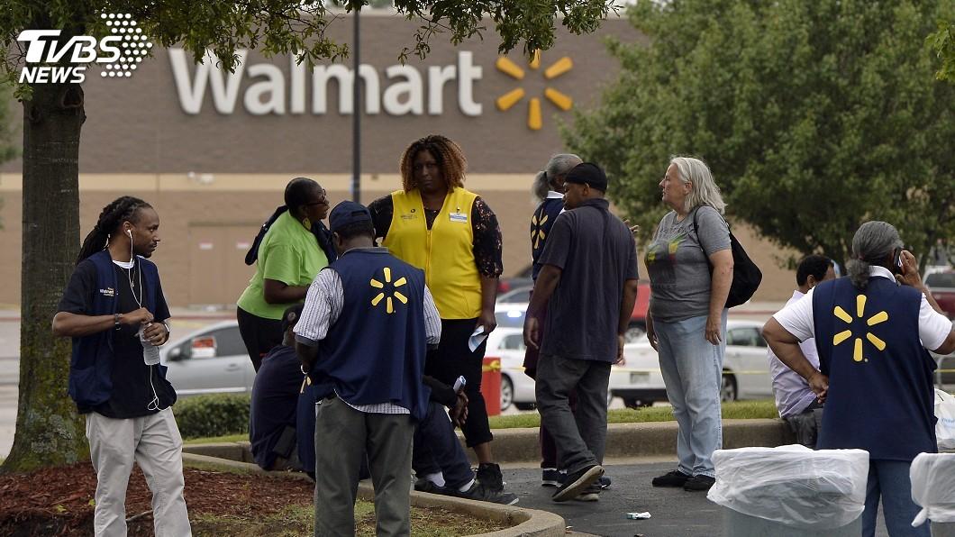 圖/達志影像美聯社 沃爾瑪員工訓練有素 遇槍案不慌張協助疏散顧客