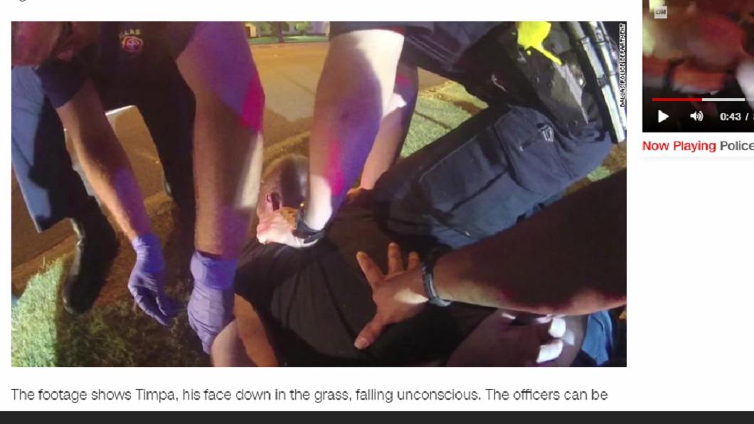 最後坦帕失去意識,但警方仍不斷嘲笑他。圖/翻攝自CNN