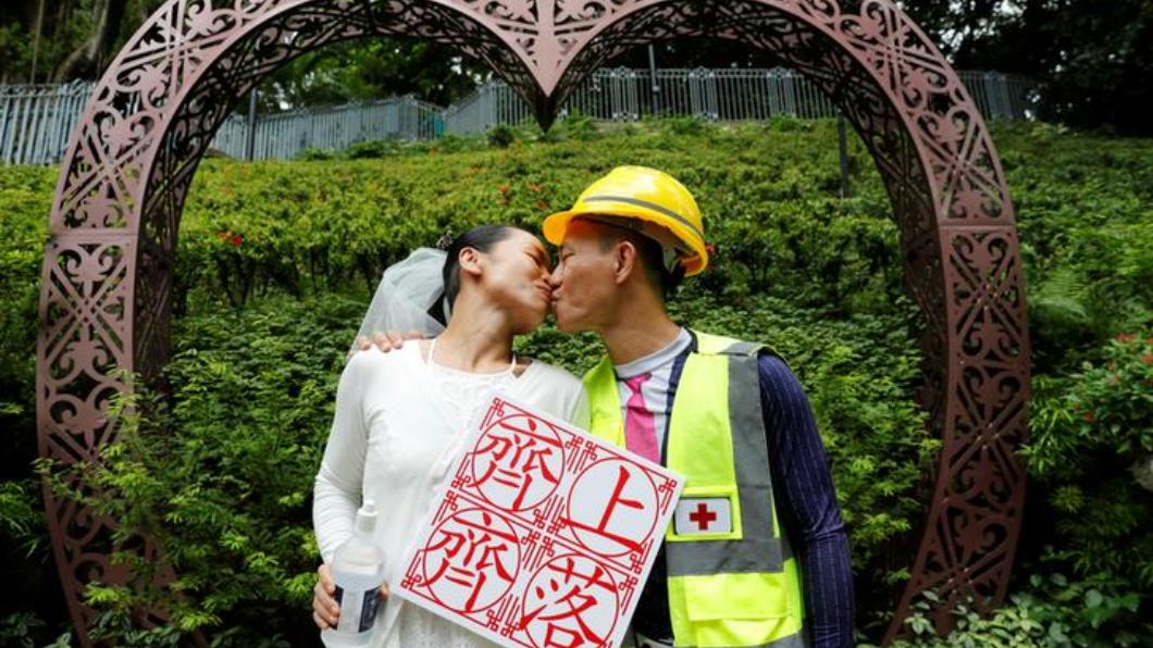 圖/ 達志影像路透社 示威者眼中的勇者! 反送中「暴徒情侶」完婚