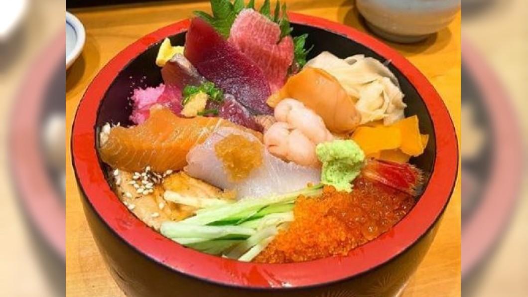 圖/翻攝自微日本 微博 「聖母峰丼」視覺超震撼 靜岡鮮味多到滿出來