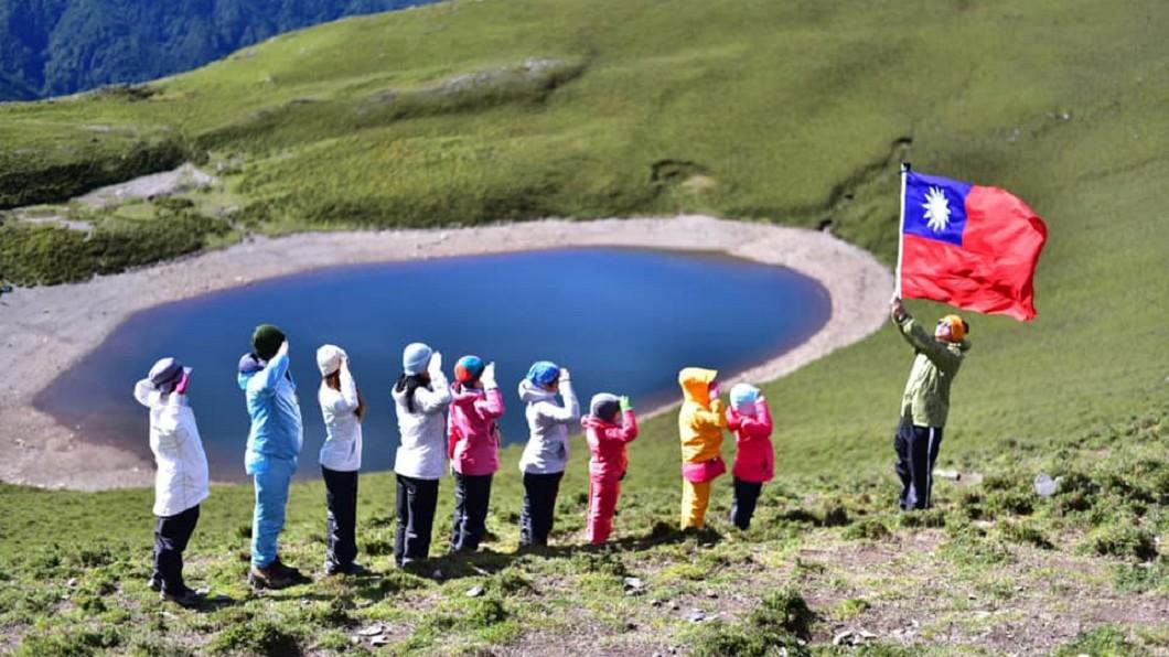 圖/台灣百岳之美授權提供 登「天使的眼淚」升旗唱國歌 這家10口感動眾人