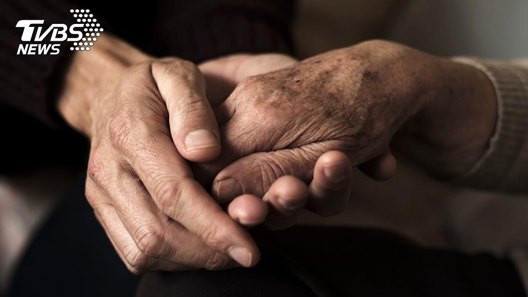 高雄市一名逆子出獄後當啃老族,向身障老母親討錢不成竟推倒還性侵她。(示意圖/TVBS) 討8百元未果…啃老男推倒身障母 脫褲性侵母淚求輕判