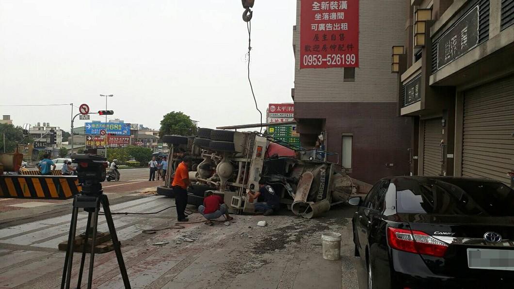 圖/中央社(讀者提供) 台中預拌混凝土車翻覆撞路旁4車 駕駛受傷送醫
