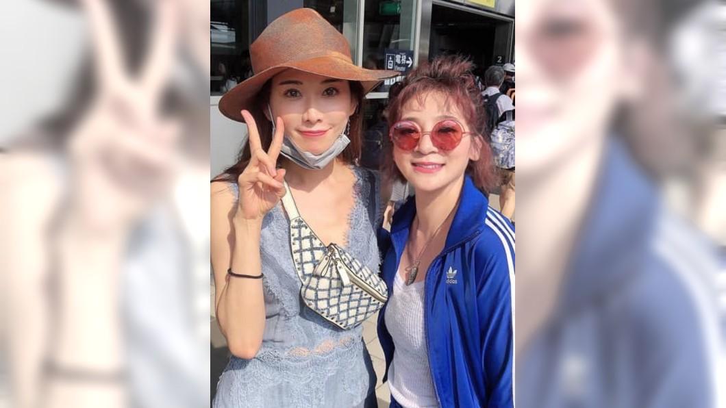 王彩樺在車站巧遇志玲姐姐,2人合影留念,讓王彩樺超開心。(圖/翻攝自王彩樺臉書)
