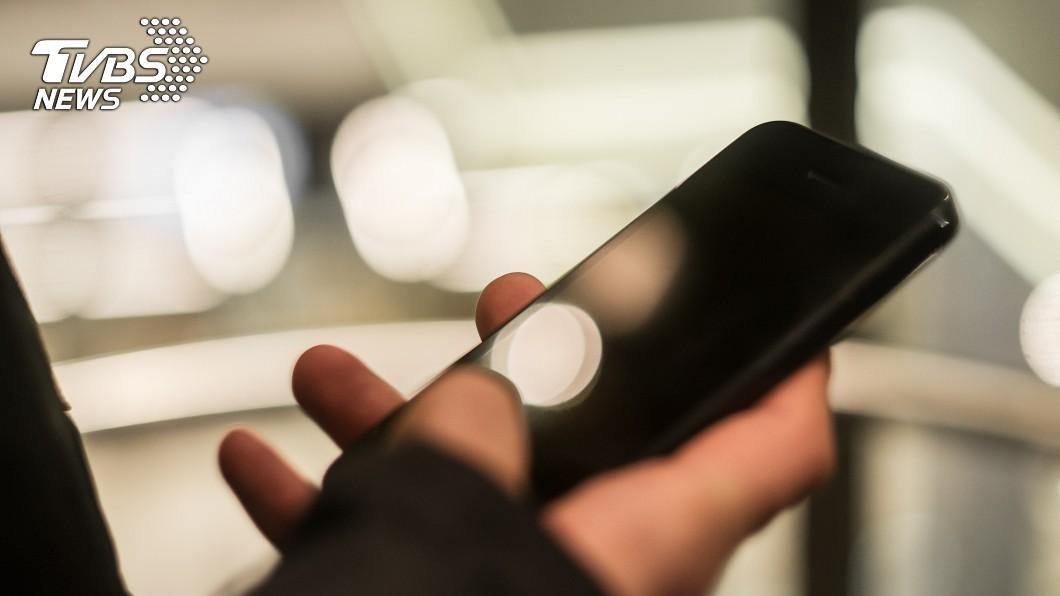 圖/TVBS示意圖 顧滑手機!醫護人員遭「電梯吃掉」 身體斷成2截慘死