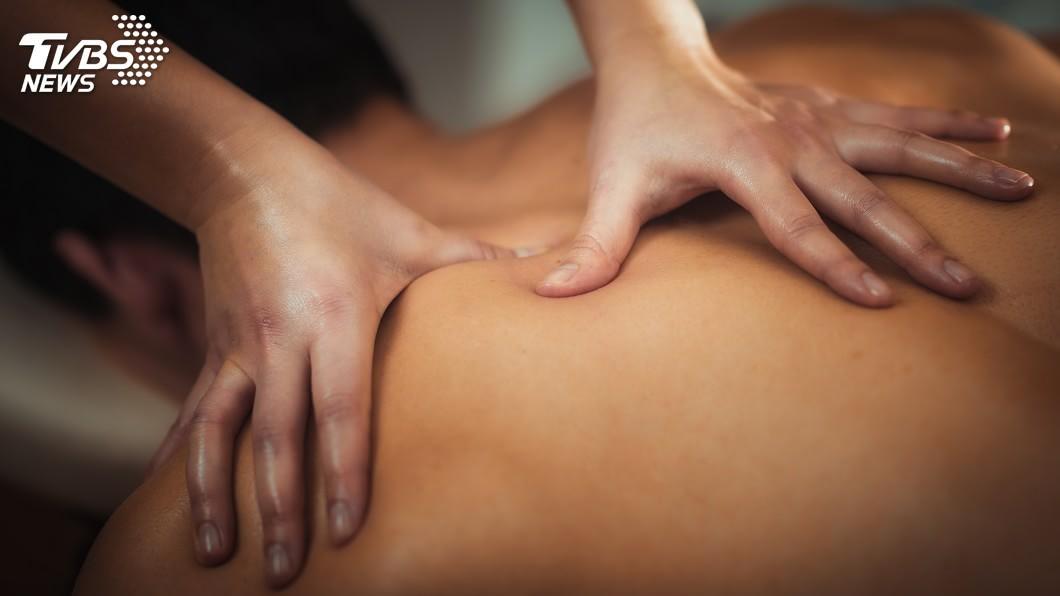 現代人常會利用按摩來舒緩自己身體的痠痛,藉此放鬆身心。(示意圖/TVBS) 爽擱痛!「毒奶按摩」泰正夯 吸客朝聖