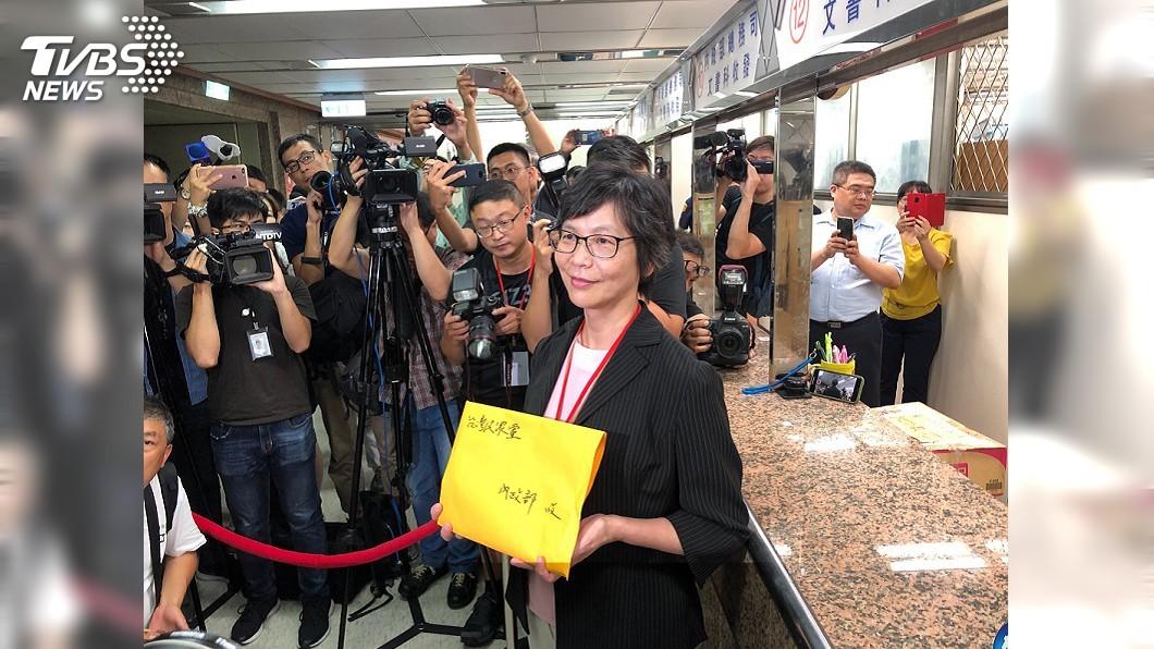 圖/中央社 台灣民眾黨創黨 蔡壁如前往內政部遞交資料