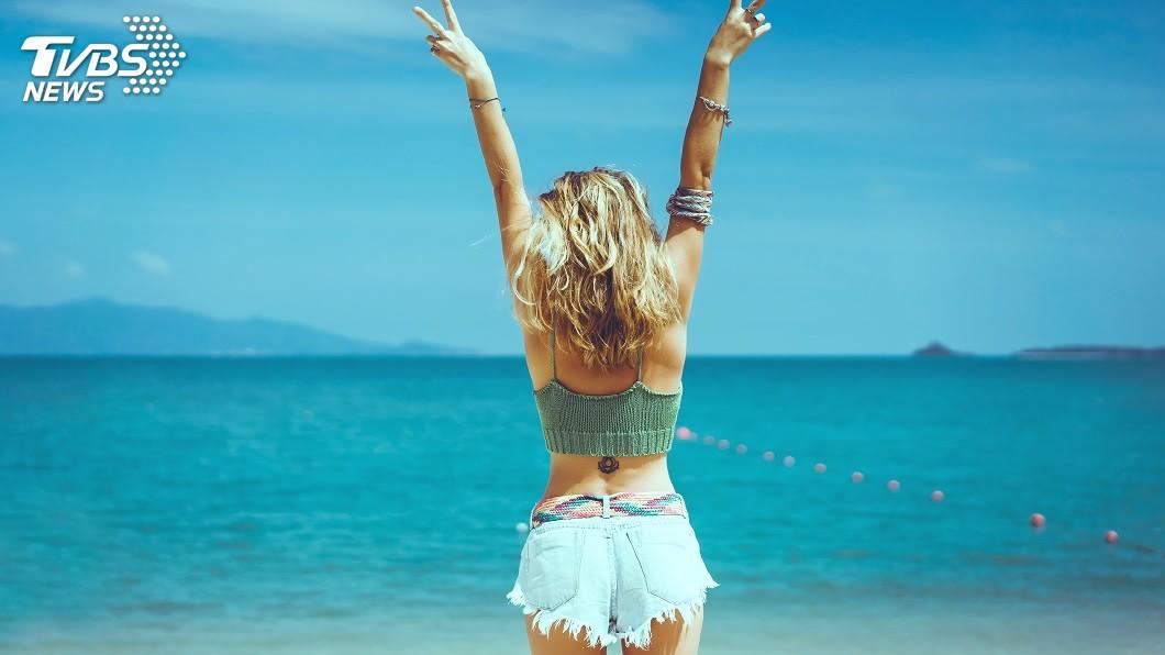 正值炎炎夏季,在街上看到女性穿著背心熱褲是稀鬆平常的事情。(示意圖/TVBS) 熱浪襲歐!瑞典少女穿熱褲背心搭公車 司機拒:穿著暴露