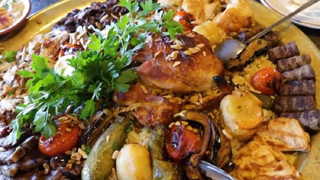 圖/翻攝自Foodbeast 巨無霸烤肉拼盤飄香 加州也能吃到道地黎巴嫩菜