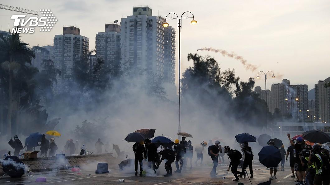 圖/達志影像美聯社 五星旗被丟入海 港澳辦:喪心病狂的暴徒