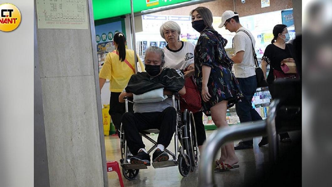 吳廷宏因中風停工住院逾1個月,日前由老婆和女兒吳亦帆陪同返家休養。圖/CTWANT提供