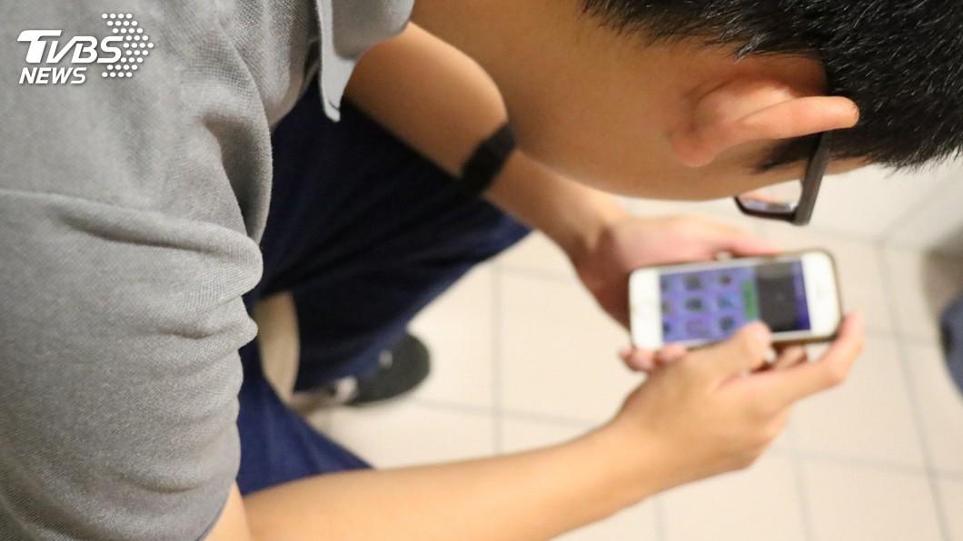 圖/中央社 放暑假連日熬夜玩手機 15歲國中生引發痔瘡