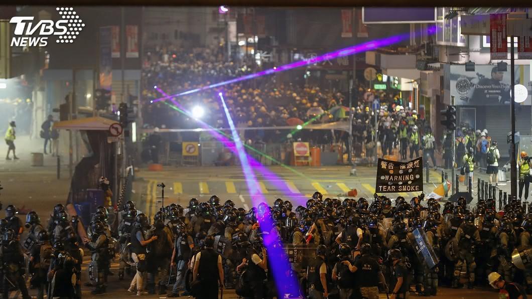 圖/達志影像美聯社 香港浸大學生會長持雷射筆被捕 深水埗警署被圍