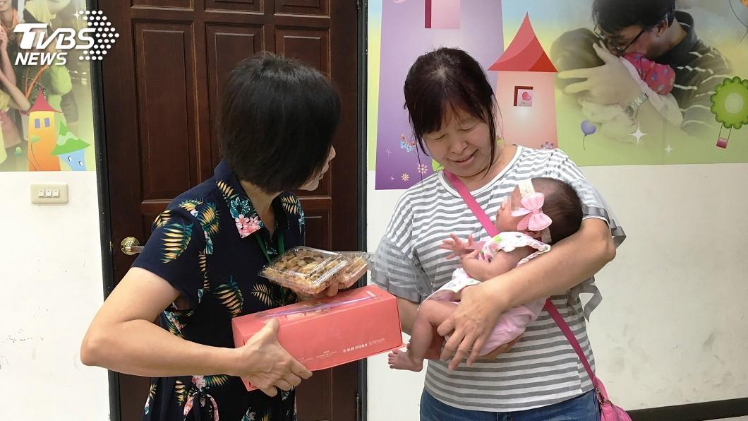 圖/中央社 寄養媽媽細心呵護 屏東棄嬰「鳳梨妹」滿月了