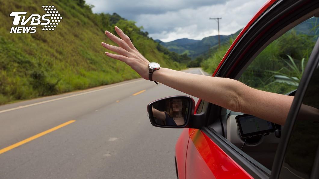 圖/翻攝爆料公社官網 駕駛驚恐報案「車窗被偷」 員警秒破案回報:自行升起…