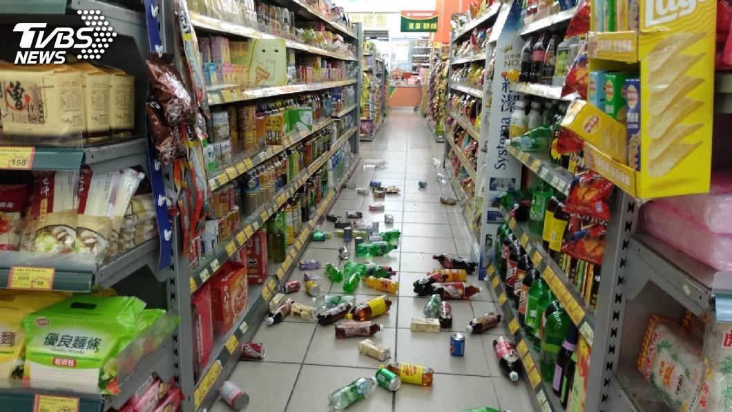 圖/TVBS 6.0地震超晃!全台逾千戶停電 台中路裂瓦斯外洩