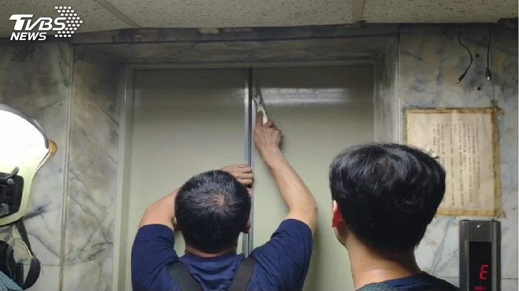 台北有民眾受困電梯。圖/TVBS
