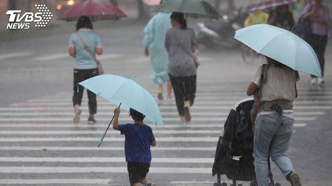 圖/中央社 水氣多 迎風面北部、東北部降雨機率高