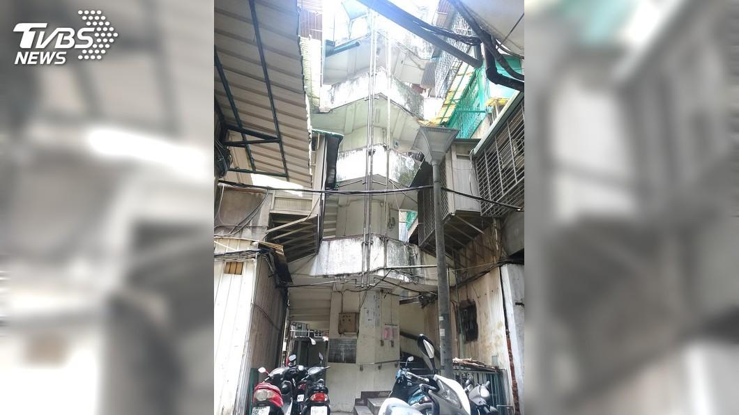 圖/中央社 清晨6.0強震 南機場夜市公寓手扶梯損毀