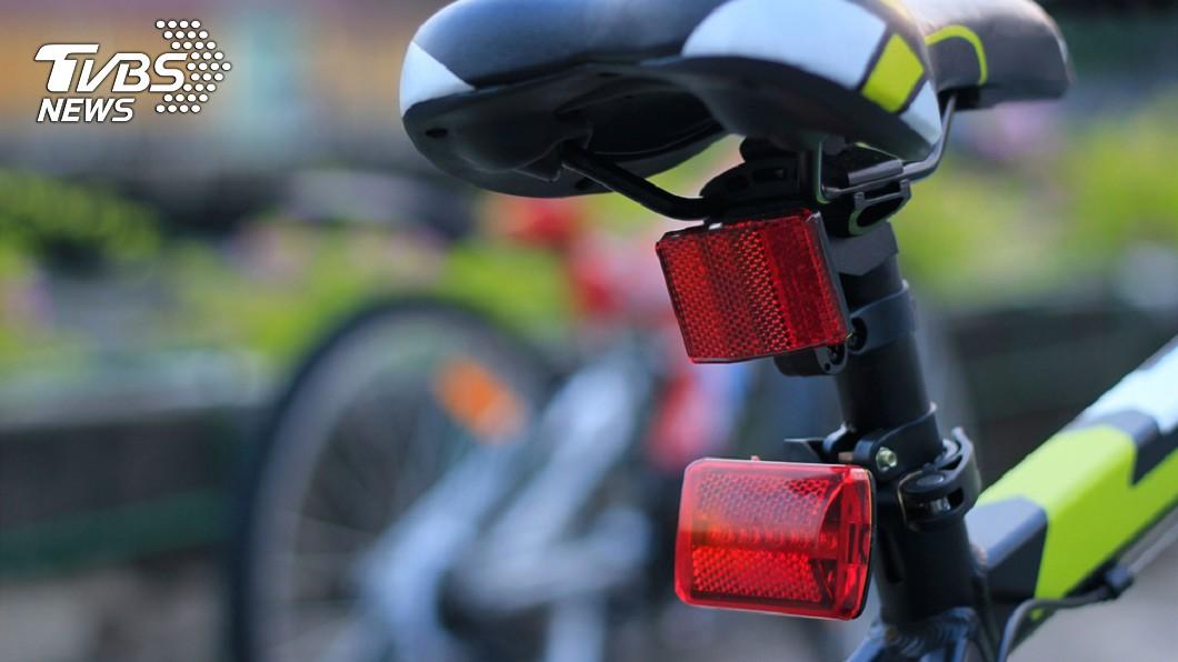 示意圖/TVBS 單車未裝燈騎路中間…她害騎士慘摔逝 賠130萬獲自由