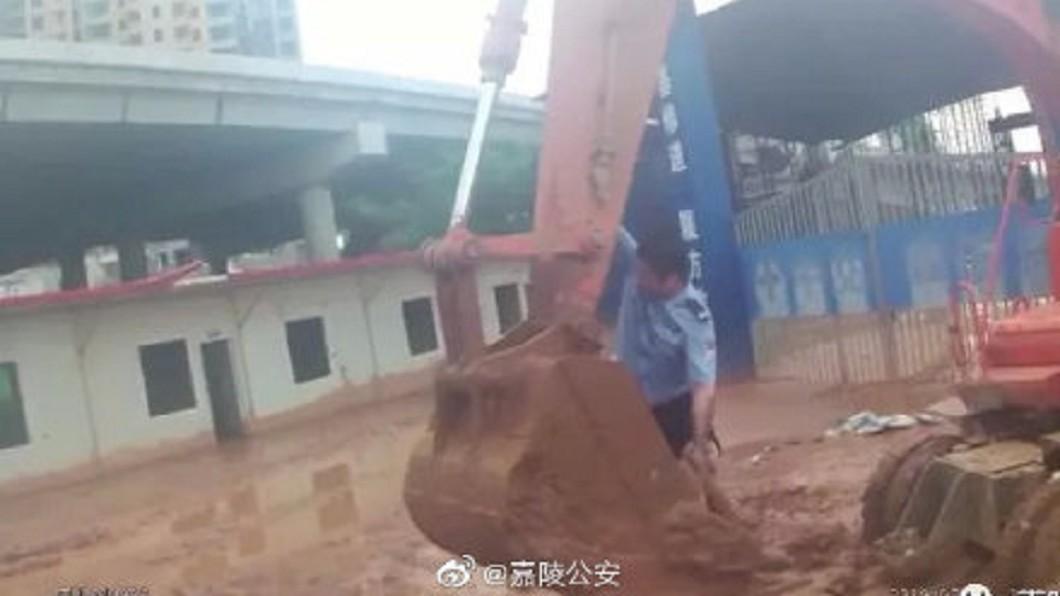 警方利用挖土機將女子救出。圖/翻攝自微博 廢棄場驚見「棄屍」! 警一探手動了..