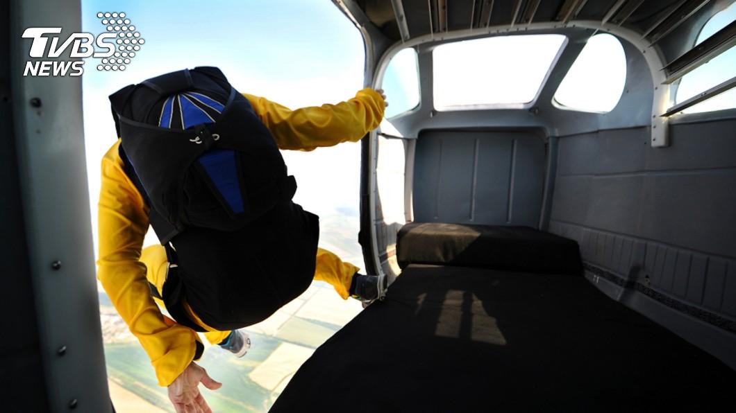 圖/TVBS示意圖 網紅爬「15樓高煙囪」跳傘摔死 好友直擊爆血崩潰