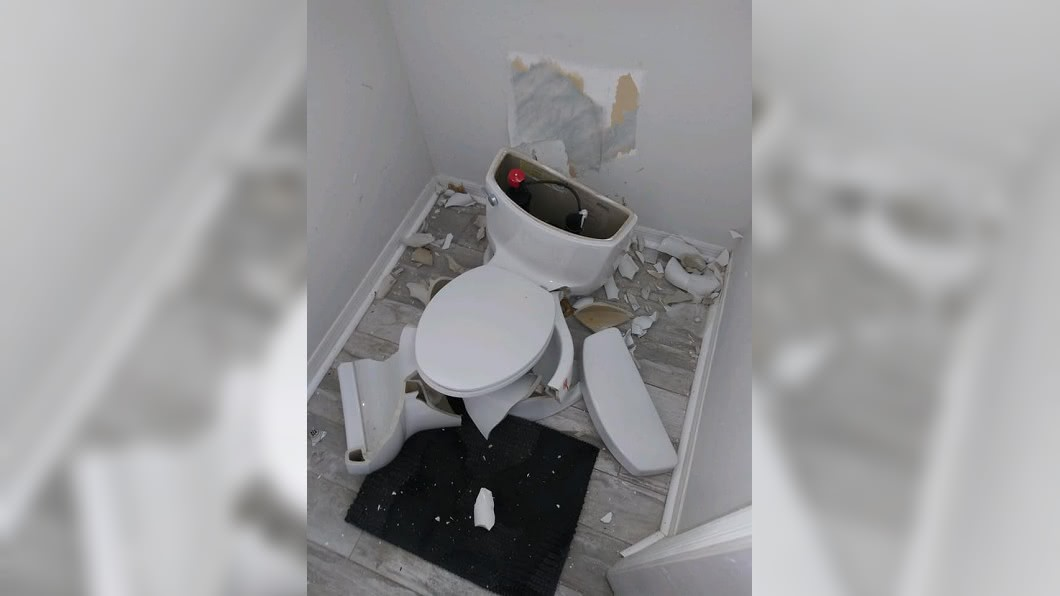 美國佛州一處民宅的廁所,馬桶突然爆炸碎裂。(圖/翻攝自臉書) 驚!閃電打中化糞池 廁所馬桶瞬間爆炸碎滿地