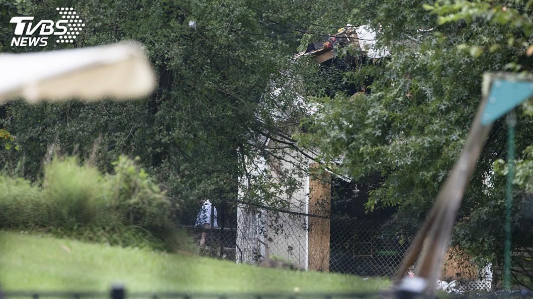 圖/達志影像美聯社 美國小飛機墜民宅後院 機上一家3口全罹難