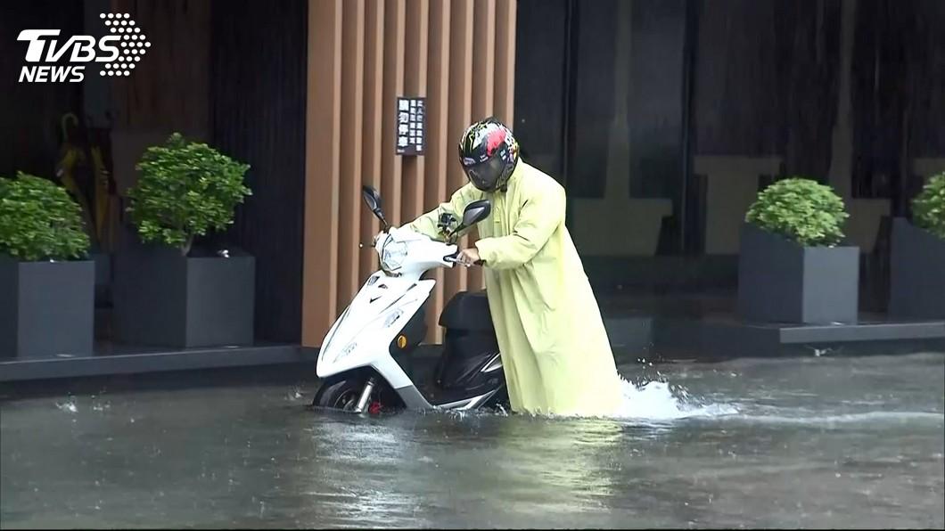 利奇馬夾帶狂風暴雨襲台。圖/TVBS資料畫面 下大雨騎車出門?積水超過機車「這2處」要注意