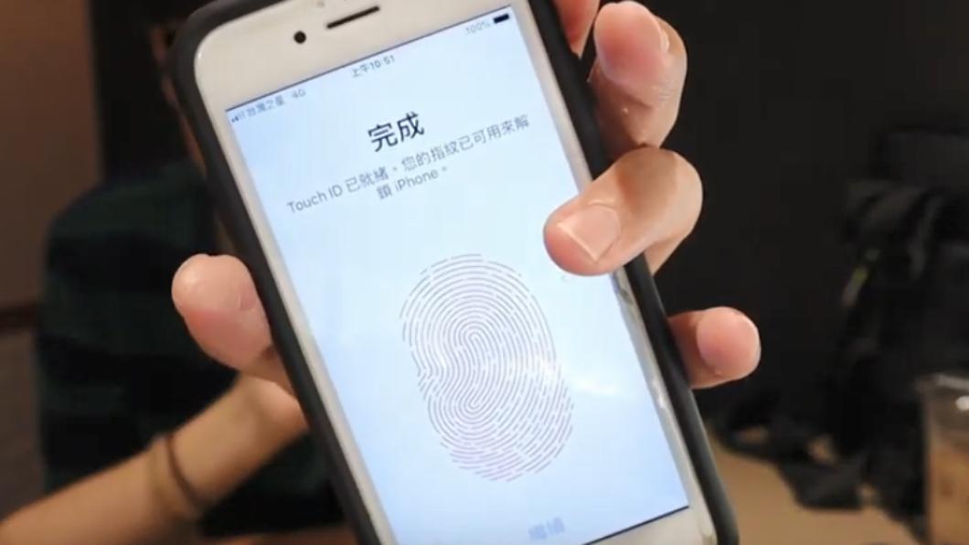 卡爾用女友人的拇指,重新設定手機的指紋鎖。圖/翻攝自愛玩卡爾 Playful Karl YouTube
