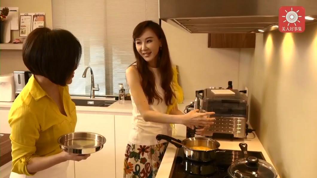 蕭薔親自下廚,畫面難得一見。圖/翻攝于美人臉書