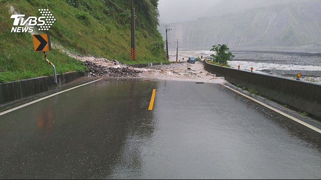 圖/TVBS資料畫面 高雄山區落石不斷 雨勢減緩但土石流警戒未除