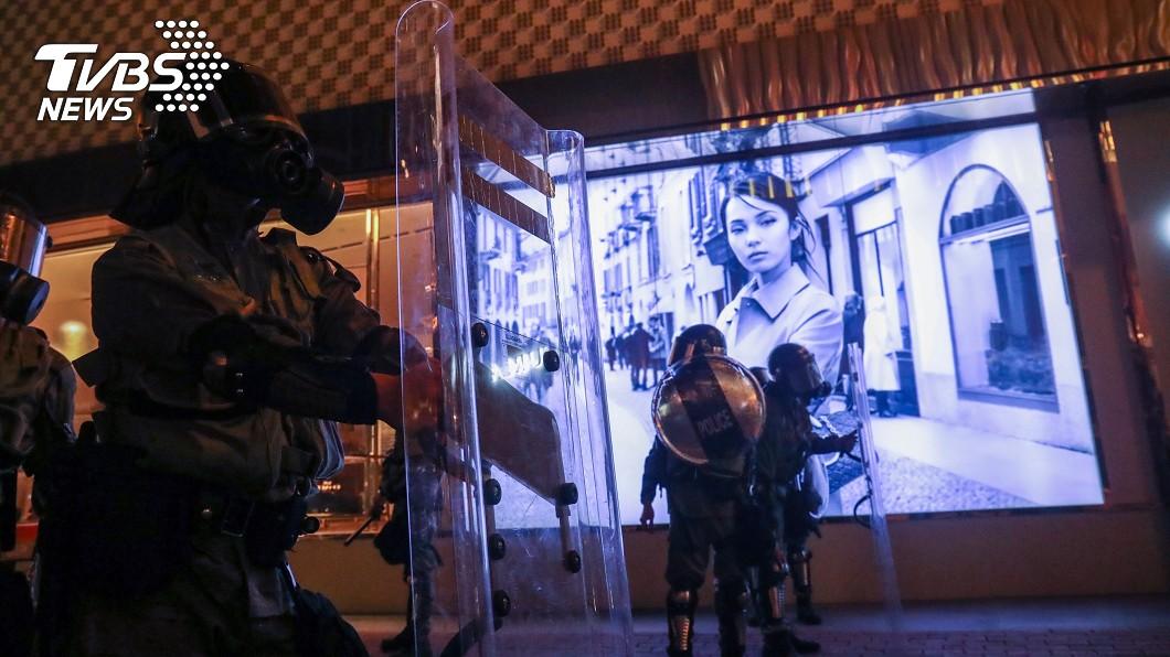 圖/中央社 港警逮捕持雷射筆女子引眾怒 尖沙咀警署被圍