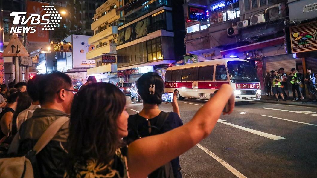 警方尖沙咀街頭追捕示威者。(圖/中央社)