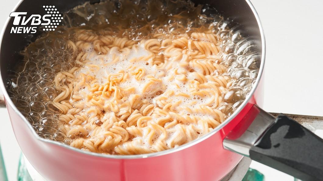 有網友表示,只要不是用煮的泡麵,都一樣難吃。圖/TVBS
