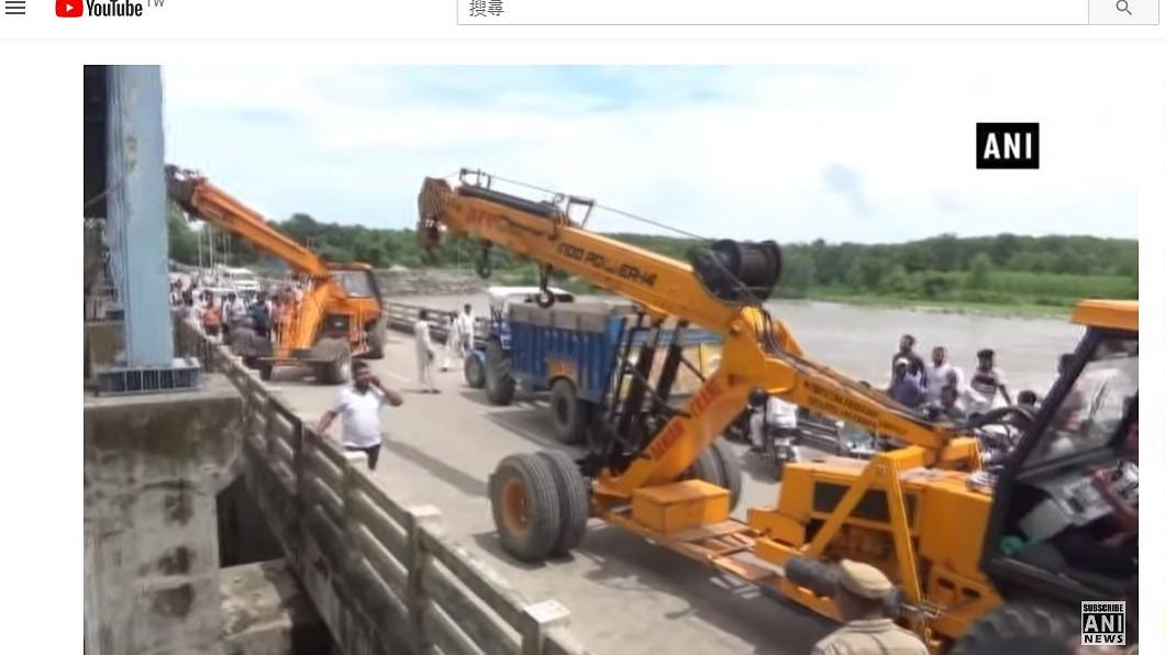靠著大型機具,最後才將車子從河中吊出來。圖/翻攝ANI NEWS Official YouTube