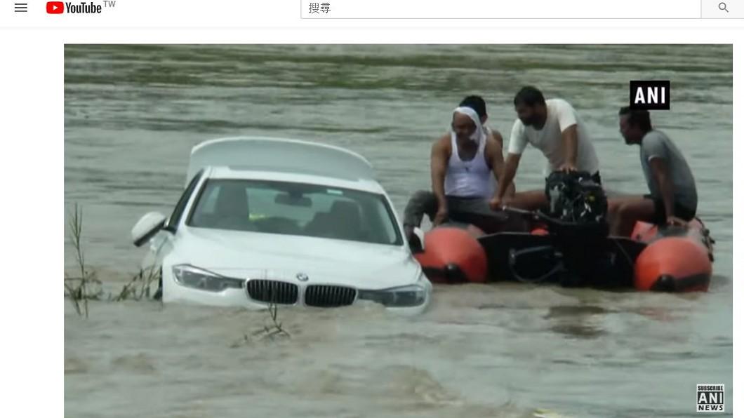 百萬名車被推入河中,令人相當傻眼。圖/翻攝ANI NEWS Official YouTube 有錢是任性!不滿父送錯車 寶馬秒變「河馬」