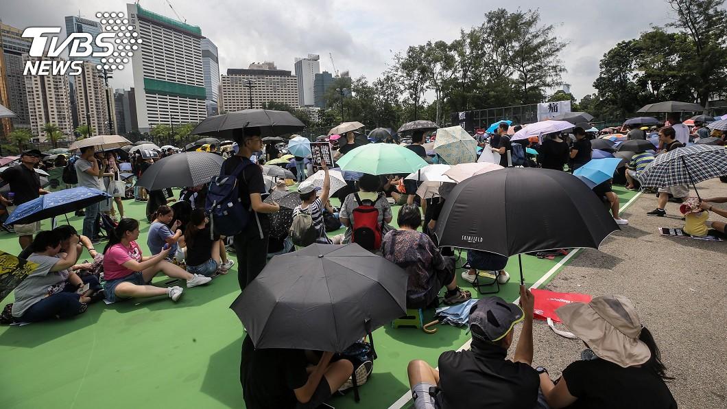 香港民眾11日下午在維多利亞公園舉行反送中集會,數百名市民身穿黑衣、手持標語出席集會。(圖/中央社) 香港深水埗反送中遊行 逾3千人集結出發
