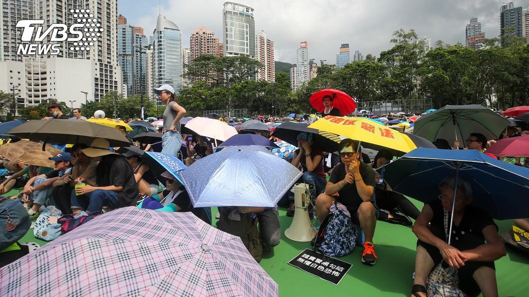 香港民眾11日下午在維多利亞公園舉行反送中集會,雖然天氣炎熱,仍有許多民眾到場參與。(圖/中央社)