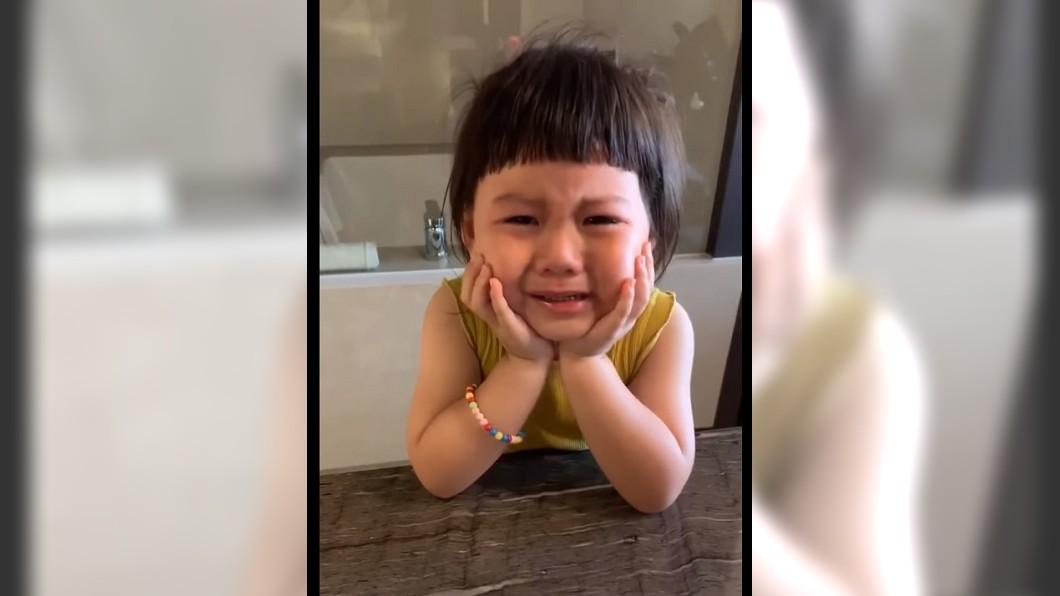小玉米哭得楚楚可憐,讓網友忍不住叫媽媽快買鑽戒給她。圖/「只是一根小玉米還有還有薯條」粉絲頁授權